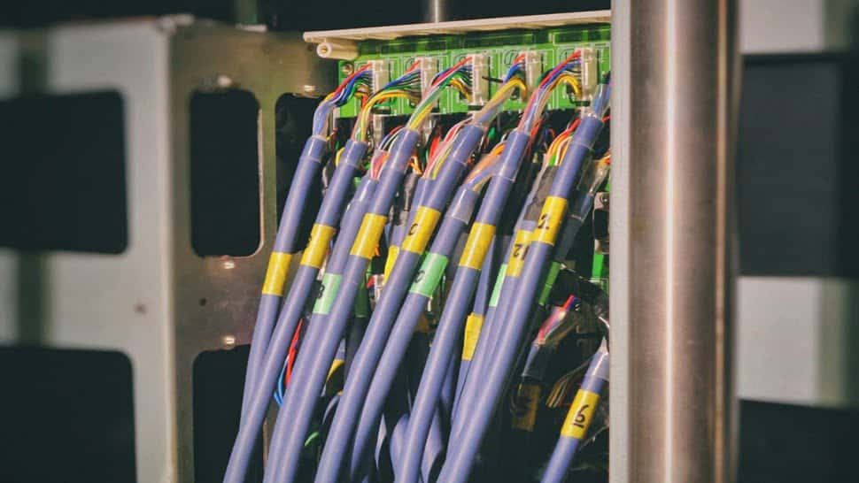 Image off many purple cables connections to a 58G server